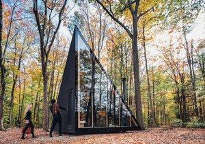 Dům v lese nabízí komfortní interiér v duchu hygge.