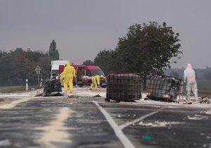 2000 litrů kyseliny rozežralo silnici u Klíčan: Policie obvinila řidiče auta, které látku vezlo