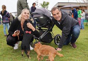 Miroslav Etzler s partnerkou Helenou, synem v kočárku a pejsky