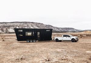 Designový karavan nabízí pohodlné bydlení pro 4 až 6 osob