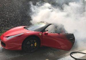 Na Pražském okruhu shořelo luxusní auto.