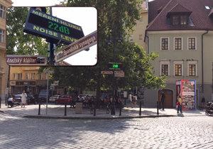 V Dlouhé třídě měří přístroj hladinu hluku. Praha 1 chce objektivní informace k tomu, nakolik hluční opilí turisté skutečně jsou.