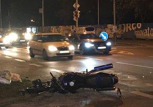 Dopravní nehoda v Dělnické ulici. Motorkář zůstal ležet na silnici.