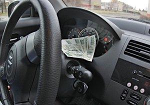 Komisaři dávali za úplatky řidičáky.