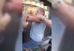 """VIDEO: """"Já tě znám dobře, ty zm*de!"""" Bitku na Smíchově ukončili policisté a celníci"""