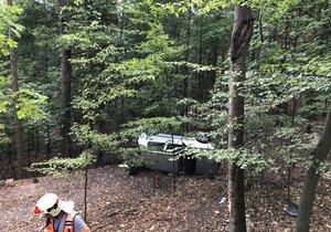 Mladík převrátil auto i s kamarády v lese, byl opilý jak zákon káže
