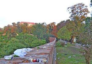 """Party jako Brno: Takový """"čurbes"""" nechala v parku pod Špilberkem slavící mládež"""