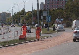 Na silnici na Chodově se vylilo 680 litrů rostlinného oleje.