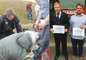 Dramatický boj o život zkolabovaného řidiče letos 23. března v Brně. Tři ze zachránců byli v úterý oceněni coby Gentleman silnic.