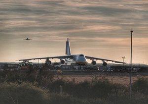 V Praze přistál obří Antonov.