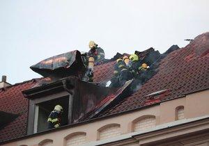 Likvidace požáru půdy obytného domu na Smíchově.