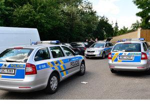 Řidiče dodávky přepadl útočník se zbraní v ruce. (Ilustrační foto).