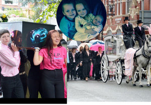 Srdcervoucí pohřeb čtyř dětí, které zahnuly při žhářském útoku: Jednou se zase všichni sejdeme.