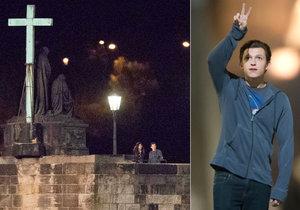 Herec Tom Holland natáčí v Praze na Karlově mostě Spider-mana.