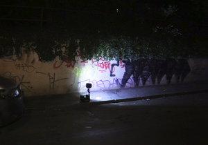 Policisté si v noci došlápli na sprejery. Řádili u Národního divadla a na Vinohradech