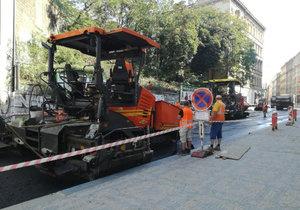 V Husitské ulici se začal pokládat asfalt.