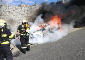 Na Pražském okruhu začalo hořet auto.