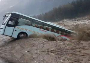 Zájezdový autobus smetla v Indii velká voda, i přes varování zaparkoval na břehu rozbouřené řeky