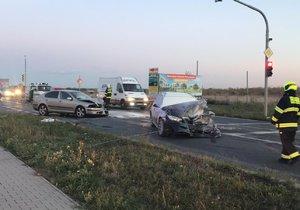 Nehoda obousměrně uzavřela Českobrodskou ulici v Praze. Jedno auto hořelo