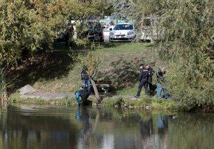 Hrůzný nález ve kbelském rybníku: Na hladině plavalo tělo muže (†68)