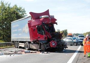 D5 směrem na Prahu byla 2,5 hodiny zavřená: Kamion vrazil do stojící kolony, řidič se vážně zranil