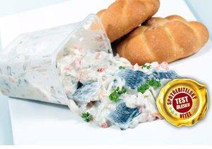 Rybí salát a křupavá houska patří k oblíbeným svačinám. Víme ale, co jíme?