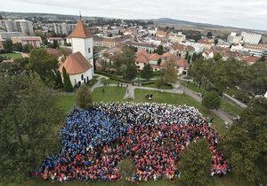 Nad Kyjovem se zavlnila největší česká vlajka: Balónky ji vytvořilo na 2 500 lidí