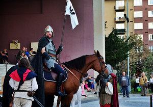 VIDEO: Vršovicemi cválal svatý Václav na koni. Farnosti se povedlo oživit Čechovo náměstí