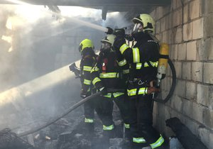 Ve Vršovicích u dráhy hořel příbytek bezdomovců. Plameny ho pohltily v plném rozsahu