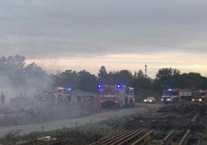 V Běchovicích hoří balíky papíru: Kouř komplikuje dopravu na blízké železnici