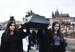 """Vegani v Praze uctili památku """"obětí zvířecího holokaustu""""."""