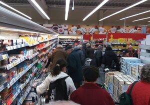 Otec se synem kradli v hypermarketu v Brně. Ilustrační foto.