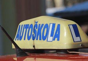 Řidičáky  v ohrožení: Absolventy autoškol nemá v Plzni kdo zkoušet, komisaři odchází za lepším