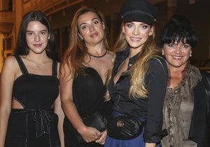 Andrea Verešová se svou maminkou a starší sestrou Alex a její dcerou