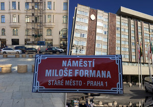V centru Prahy je nové náměstí Miloše Formana.