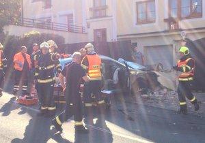 Auto nabouralo do plotu domu v Libocké ulici.