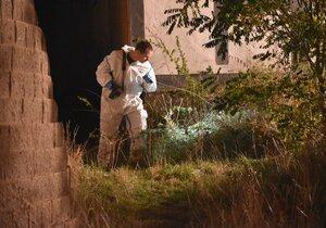V Plzni našli nedaleko garáží mrtvolu muže.