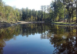 Nový rybník Lipiny v Modřanech dostal jasné obrysy. Plní se vodou z Libušského potoka