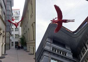 Nová ulička u náměstí Republiky poutá pozornost nejen nevšedním klidem, ale také i létajícími jeleny.