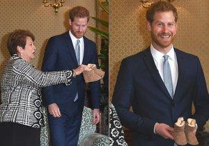 Dojatý princ Harry dostal bačkůrky pro miminko.