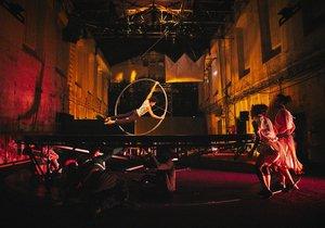 Věšení za vlasy a akrobati na kolečkových bruslích: Cirk La Putyka představil novou show