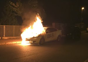 V Krči hořelo auto s nápisem Uber.