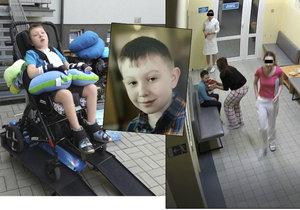 Adámek, kterého opustila lékařka, vdechl krev. Pak se mu zastavilo srdce, maminka zkolabovala.