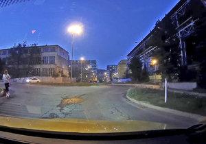 Dva jezdci na elektrokoloběžkách v Praze ohrožovali dopravu.