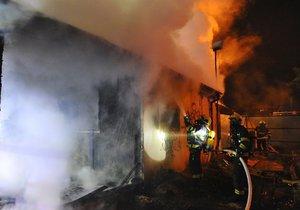 Noční požár chatky v Argentinské ulici v Holešovicích.