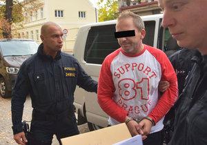 Policisté přivádějí k soudu v Rokycanech Alberta A. (43), kterého viní, že ve čtvrtek střelil do hlavy svou přítelkyni (37).