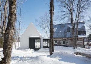 Tradiční domov ze dřeva vkusně rozšířila moderní přístavba