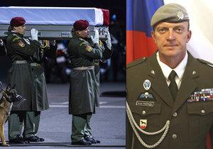 Rakev s tělem Tomáše Procházky, který padla v Afghánistánu, strážil i jeden z jeho psů. Prezident ho kynologa ocení in memoriam 28. října