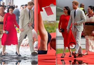 Vévodkyně Meghan Markle vynesla rudé šaty s neustřiženou cedulkou.