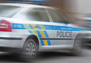 Opilec s autem udělal salto přes kruháč v obci Jirny u Prahy: Ujížděl policistům až 200 km/h